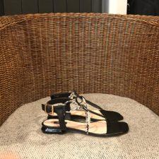 sandalia-plana-detalle-piton toscablu
